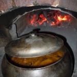 Картофель с грибами запеченный в печи. Блюдо приобретает особенный вкус благодаря тому, что готовится в таких необычных для 21 века условиях.