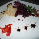 Салат с печеной свеклой и вяленой клюквой