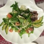 Салат с морепродуктами, авакадо и сыром Рокфорд