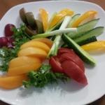 Овощная тарелка томаты, огурцы, перец, лук, зелень